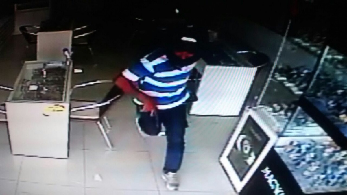 3a229fb06b9 Relojoaria é assaltada no centro de Sinop  mulher dá apoio na fuga