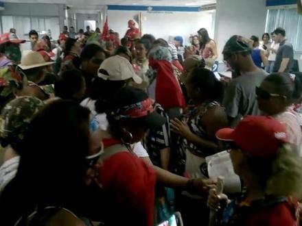 Agência do INSS em Cuiabá foi invadida por mulheres do MST