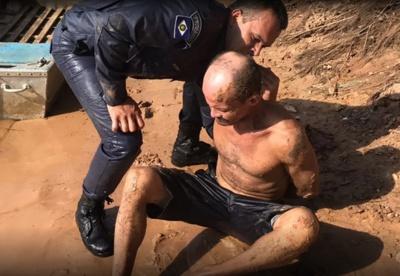 Homem é fotografado logo após ser preso