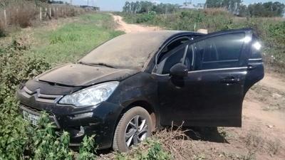 Bandidos abandonaram carro e produtos roubados