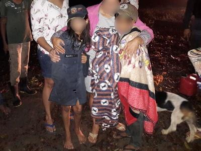 Os policiais e bombeiros colocaram as fardas militares nas crianças, que reclamavam do frio