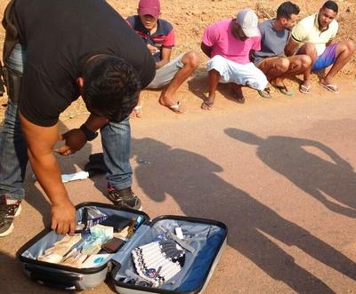 Policial Civil verifica dinheiro encontrado dentro de mala