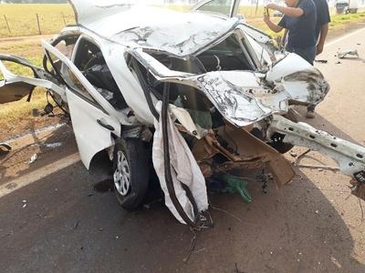 Veículo ficou destruído após batida