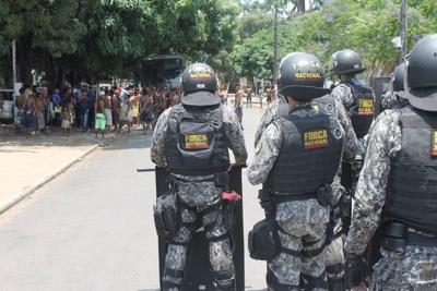 Homens da Força Nacional observam grupo de índios em Alta Floresta