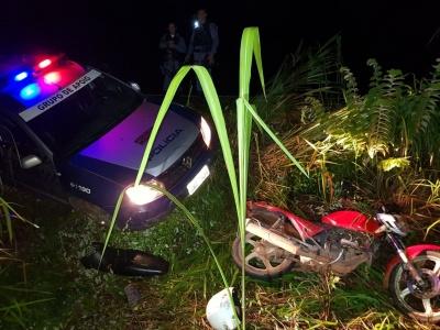 Criminosos abandonaram a moto e tentaram fugir pela mata