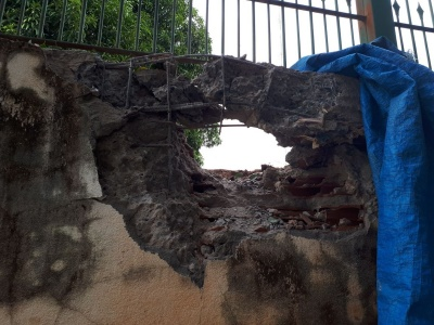 Suspeitos explodem muro e picham Secretaria de Segurança de MT