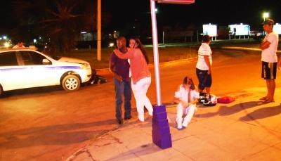 Vítimas em pé e sentada esperam o resgate dos Bombeiros