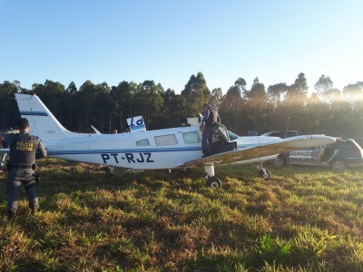 Avião com 150 kg de maconha faz pouso forçado em fazenda