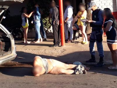 Imagem mostra homem amarrado por moradores